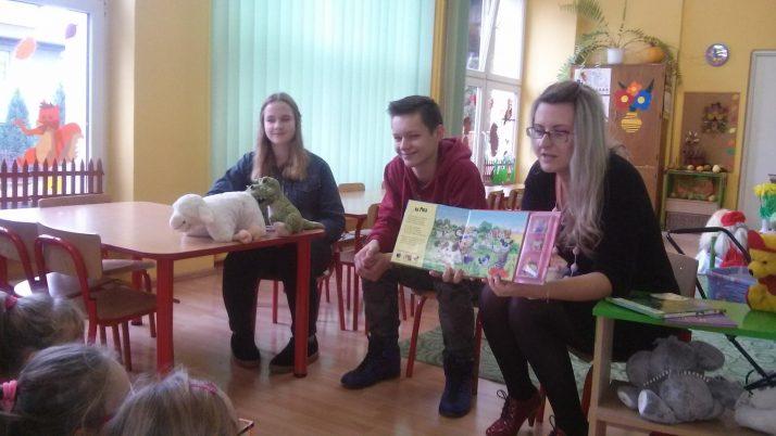 Uczniowie czytają przedszkolakom